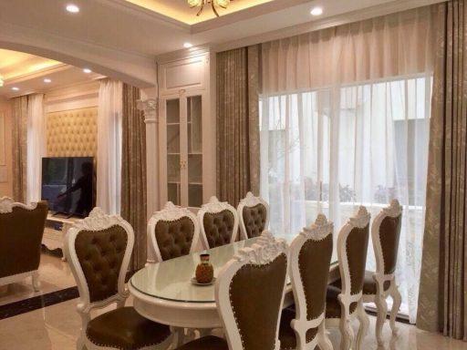 Phòng ăn ấm cúng với bộ rèm cùng tông với bộ bàn ghế